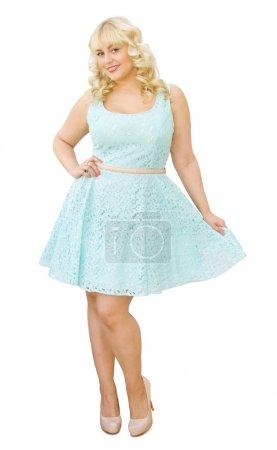 Photo pour L'été est à venir - belle jeune femme, aux cheveux blonds et les yeux bleus, qui pose en robe estivale. souriant et s'apprête à s'amuser. isolé sur fond blanc. - image libre de droit