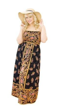 Photo pour Vacances d'été - belle jeune femme chapeau paille et robe bustier motif paisley. elle est souriante et s'apprête à s'amuser. isolé sur fond blanc - image libre de droit