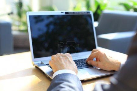 Photo pour Personne tapant sur un portable modern dans un bureau - image libre de droit