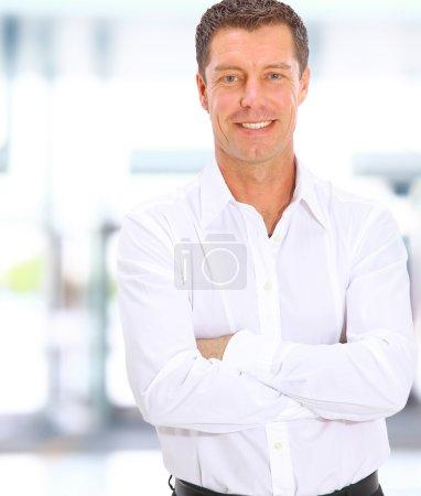 Foto de Hombre de negocios mirando a cámara en la oficina con el espacio de la copia - Imagen libre de derechos