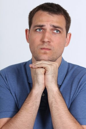 Photo pour Closeup portrait d'un jeune homme priant Dieu d'espérance - image libre de droit