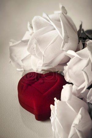 Photo pour Roses avec boîte rouge coeur - image libre de droit