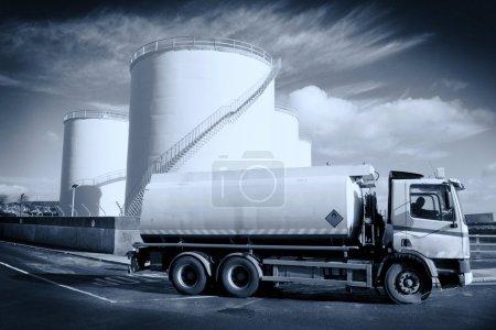 Photo pour Camion avec réservoir de carburant et site de stockage industriel, monochromatique - image libre de droit