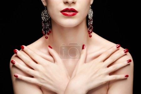 Photo pour Portrait de jeune femme brune belle bijoux mains manucurées sur sa poitrine - image libre de droit