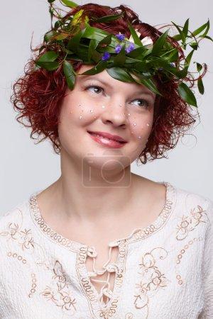 Photo pour Portrait de femme rousse esclave en vêtements russes traditionnels et guirlande de fleurs - image libre de droit