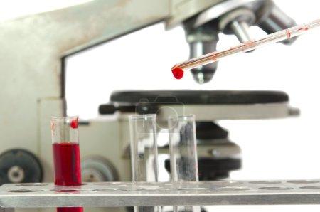Photo pour Analyse de sang sur un fond blanc - image libre de droit