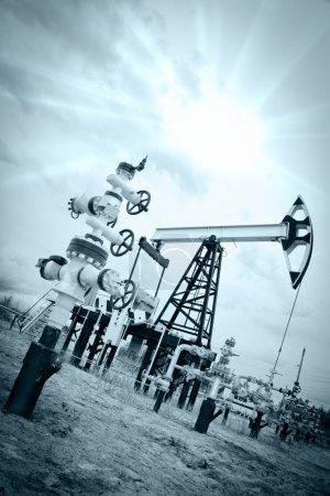 Photo pour Extraction de l'huile. pompe à huile et prise de tête de puits. tonique. - image libre de droit