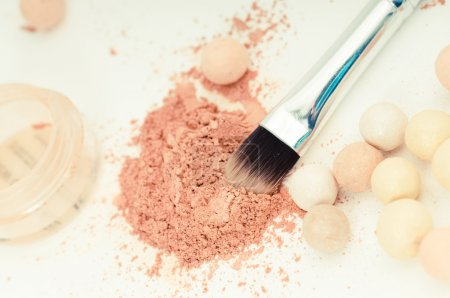 Photo pour Brosse de maquillage ombres à paupières et cosmétique - image libre de droit