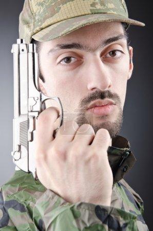 Photo pour Soldat avec fusil en prise de vue studio - image libre de droit