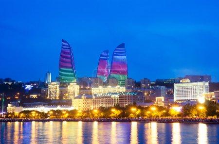 Photo pour Bakou en Azerbaïdjan à la mer Caspienne-nuit photo - image libre de droit