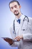 Doktor pracuje na tabletu