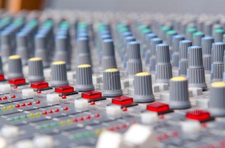 Photo pour Gros plan sur les boutons de réglage du son - image libre de droit