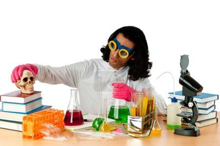 Foto de Estudiante trabajando en el laboratorio químico - Imagen libre de derechos