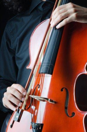 Photo pour Homme qui joue du violoncelle - image libre de droit