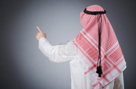Arabe appuyant sur les boutons virtuels