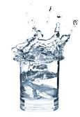 Ghiaccio spruzzi in tazza di acqua