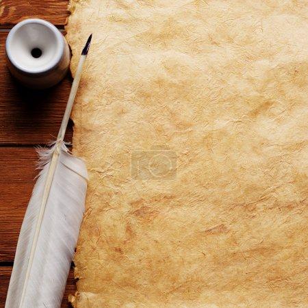 Photo pour Encre et plume sur un fond de formulaire vide pour la lettre - image libre de droit