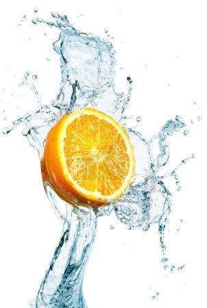 Photo pour Orange est tomb6e de splash d'eau sur blanc - image libre de droit