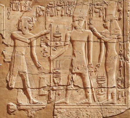 Photo pour Dieu et pharaon sur le mur du temple d'Edfou, Egypte - image libre de droit