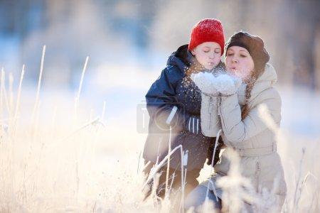 Photo pour Mère et fils hiver belle journée plein air - image libre de droit