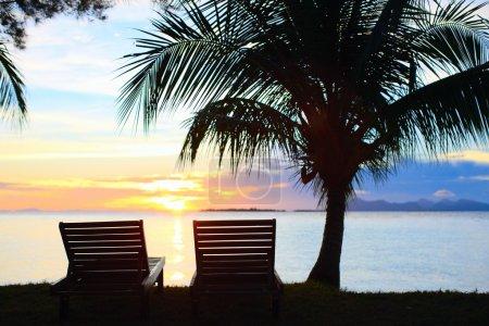 Photo pour Beau coucher de soleil sur une île tropicale - image libre de droit