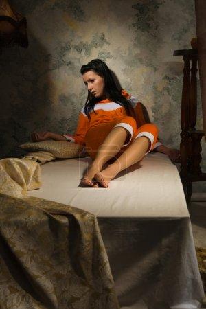 Photo pour Sensualité brune détendue dans une chambre de luxe - image libre de droit