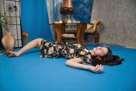 Photo pour Sensualité brunette couchée sur le sol dans une chambre de luxe - image libre de droit