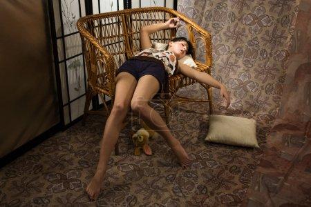 Photo pour Sensualité brunette endormie dans un boudoir de luxe - image libre de droit