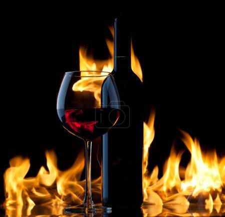 Photo pour Du vin rouge. Concept avec feu . - image libre de droit