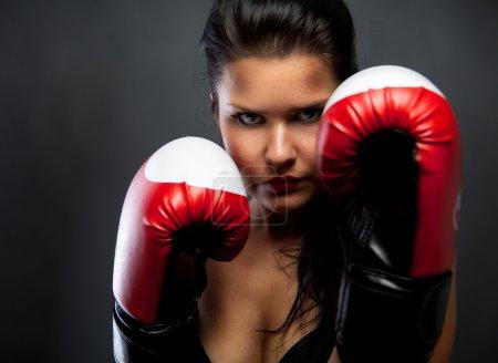 Photo pour Femme avec gants de boxe - image libre de droit
