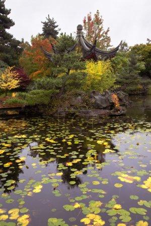 Photo pour Charmante pagode sur la côte d'un étang dans le centre communautaire chinois de Vancouver - image libre de droit