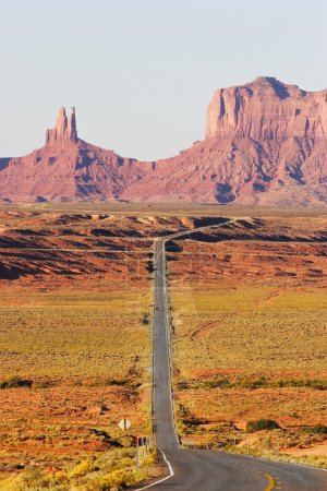 Photo pour Grand route américaine. vallée de monument dans le désert rouge - image libre de droit