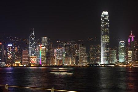 Photo pour Le panorama magnifique de la nuit à hong kong. gratte-ciels ultra-moderne de hong kong veilleuses qui brille sur le bord de mer - image libre de droit