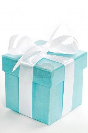Photo pour Coffret cadeau bleu simple avec ruban blanc sur fond blanc . - image libre de droit