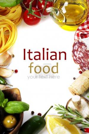Photo pour Cuisine italienne. ingrédients pour la cuisson à blanc (avec le texte d'exemple amovible facile (tomate, ail, poivre, champignons, basilic, olives, huile d'olive, salami)) - image libre de droit