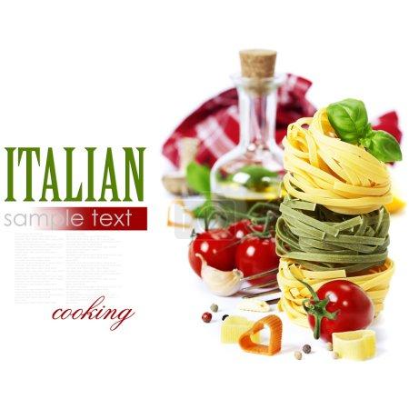 Photo pour Pâtes italiennes aux tomates, à l'huile d'olive et au basilic sur fond blanc (avec échantillon de texte facilement amovible) ) - image libre de droit