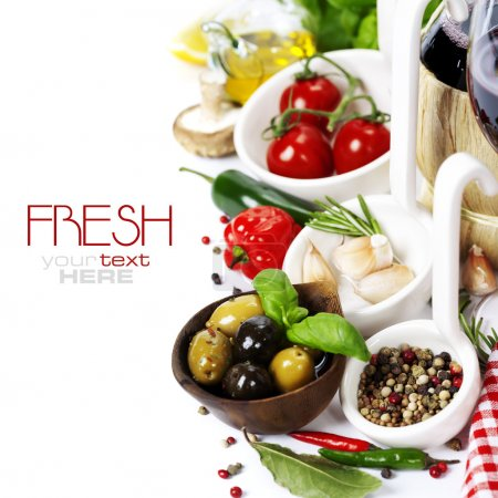 Photo pour Cuisine italienne. ingrédients pour la cuisson (tomate, ail, poivre, champignons, feuilles de Laurier, olives, huile d'olive) avec du vin blanc (avec le texte d'exemple amovible facile) - image libre de droit