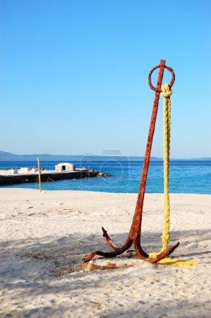 Photo pour Ancre sur l'eau turquoise et la plage à l'hôtel de luxe moderne, halkidiki, Grèce - image libre de droit
