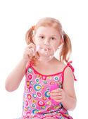 úsměv holka vyfukuje bubliny