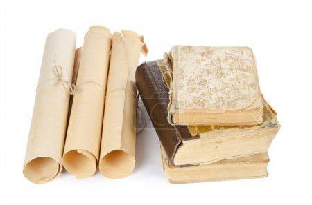 Foto de Muchos antiguos manuscritos y libros antiguos aislados - Imagen libre de derechos