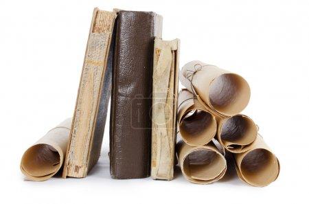 Photo pour Beaucoup de manuscrits anciens et de vieux livres isolés - image libre de droit