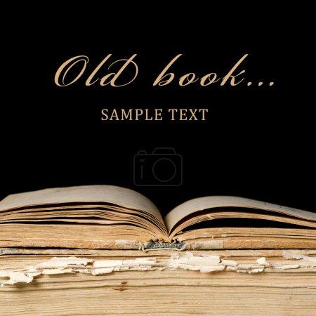 Foto de La pila de viejos libros sobre fondo negro - Imagen libre de derechos