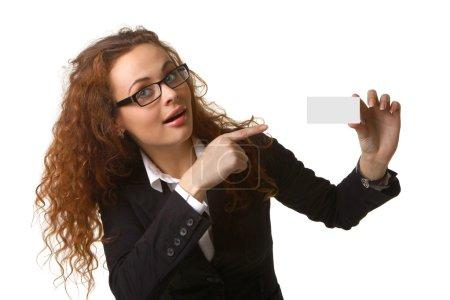 Photo pour Portrait d'une jolie jeune femme d'affaires détenant une carte de visite. Isolé sur fond blanc - image libre de droit
