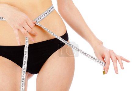 Photo pour Femme mesurant sa taille - image libre de droit
