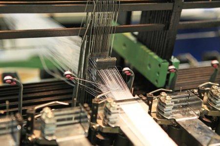 Photo pour Mécanismes de gros plan de l'industrie textile dans l'usine - image libre de droit
