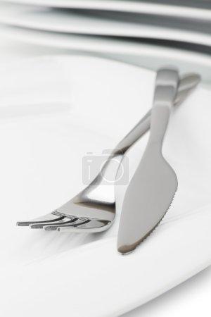 Photo pour Fourchette, couteau et blanc plat vide - image libre de droit