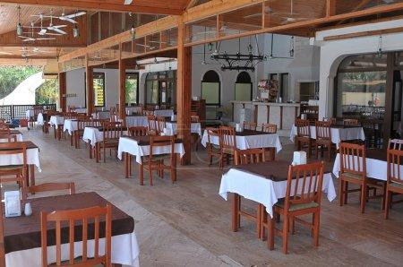 Photo pour Image de lignes des tables vides et des chaises dans un restaurant de plein air, coin salon - image libre de droit