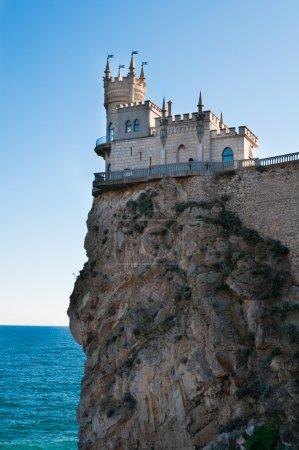 Photo pour Fantastique château sur un rocher : Tour du château du Nid d'Hirondelle, Crimée, Ukraine, avec ciel bleu et mer en arrière-plan - image libre de droit