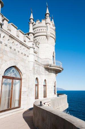 Photo pour Château fantastique : Tour du château du Nid d'Hirondelle, Crimée, Ukraine, avec ciel bleu et mer sur le fond - image libre de droit