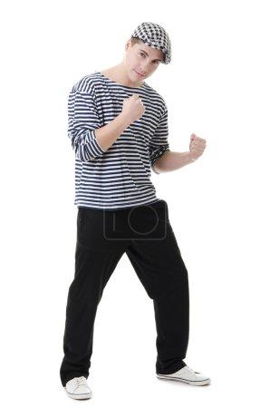 Photo pour Look vilain et combat jeune homme en robe rayée élégante et casquette - image libre de droit